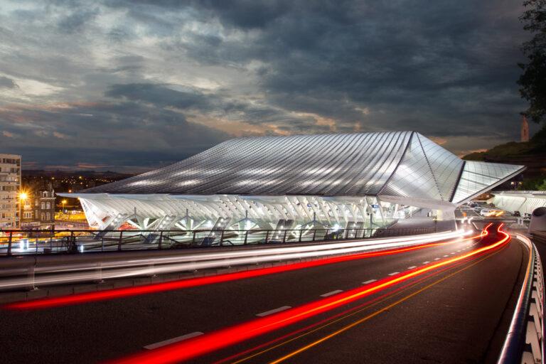 Architectuur_persoon_luik_station_Guillemins_caphca_Light_Trails