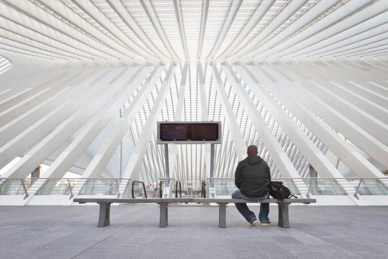 Architectuur_persoon_luik_station_Guillemins_caphca_Wachten